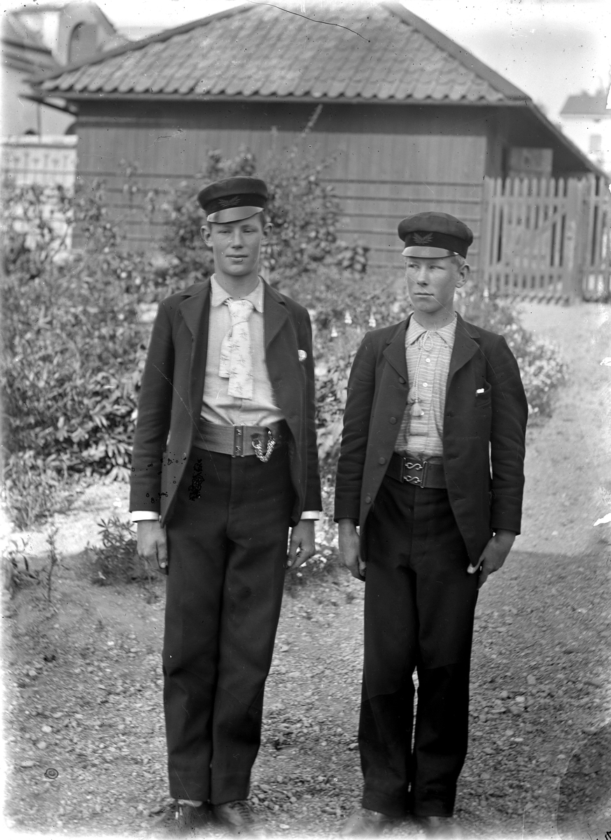 Två unga män. Fotograf okänd.