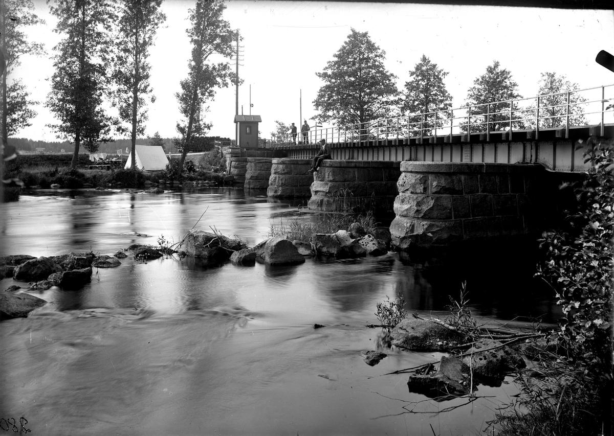 Järnvägsbron vid Östuna 1918-1920. Fotograf E Sörman.