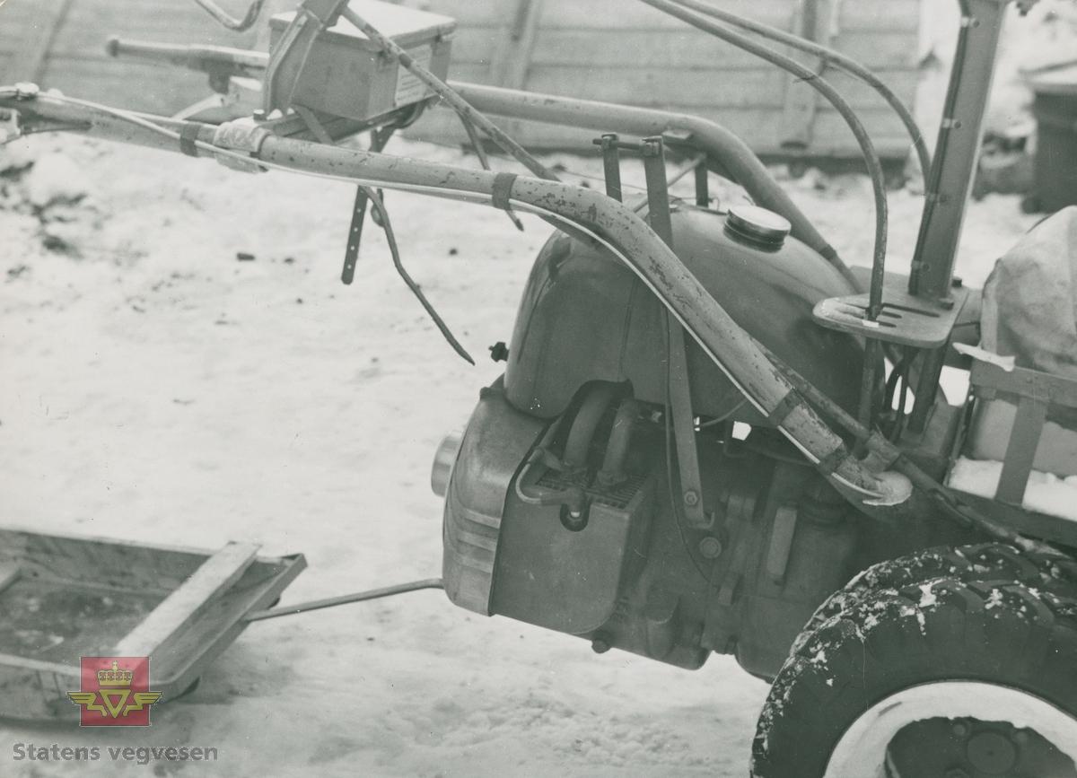 Snow-Boy snøfreser fra Rolba produkter. Legg merke til kjelken med meier som på bilde 1 er oppbundet. Føreren kunne stå på denne ved kjøring av snøfreseren. På toppen av snøfreseren er det en liten redskapskasse. Snow-Boy ble også brukt på dressin til kantfresing på jernbanen, i følge merking i album.