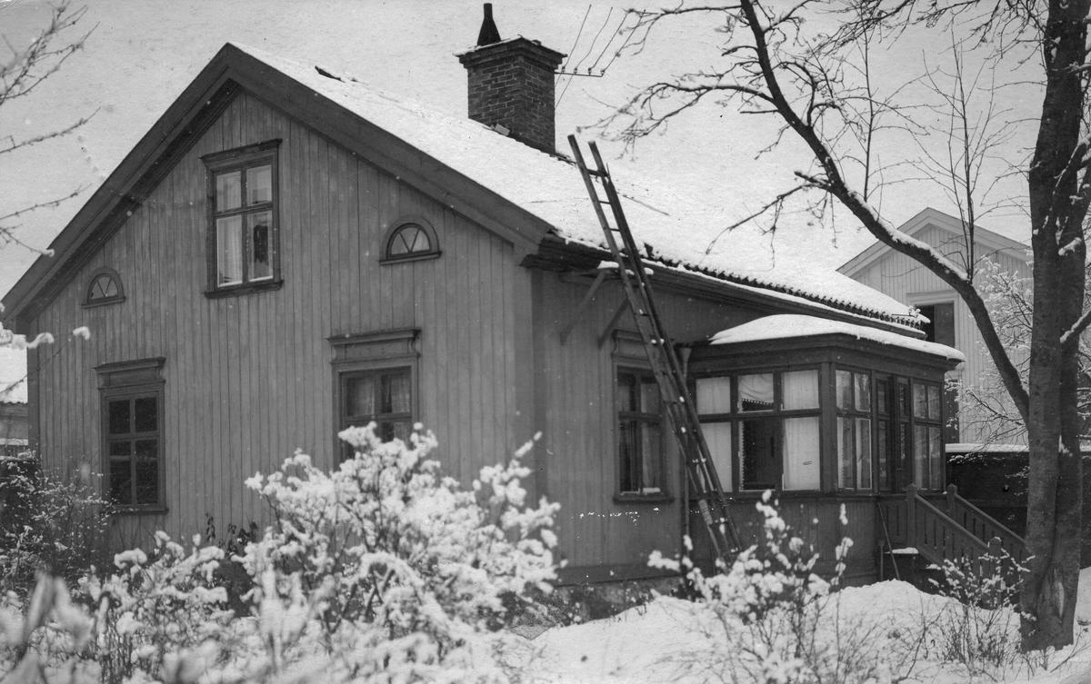"""Mormor Westlings villa. Ett brevkort Till Lotten Bylund, Döbelnsgatan 29, 4 tr. Stockholm. Från M... med texten """"Moster gratuleras så varmt! Hoppas morbrors tillfrisknande fortfar. Hälsa honom mycket från mig. Mosters tillgifna M _ i (Hillstedt)"""""""