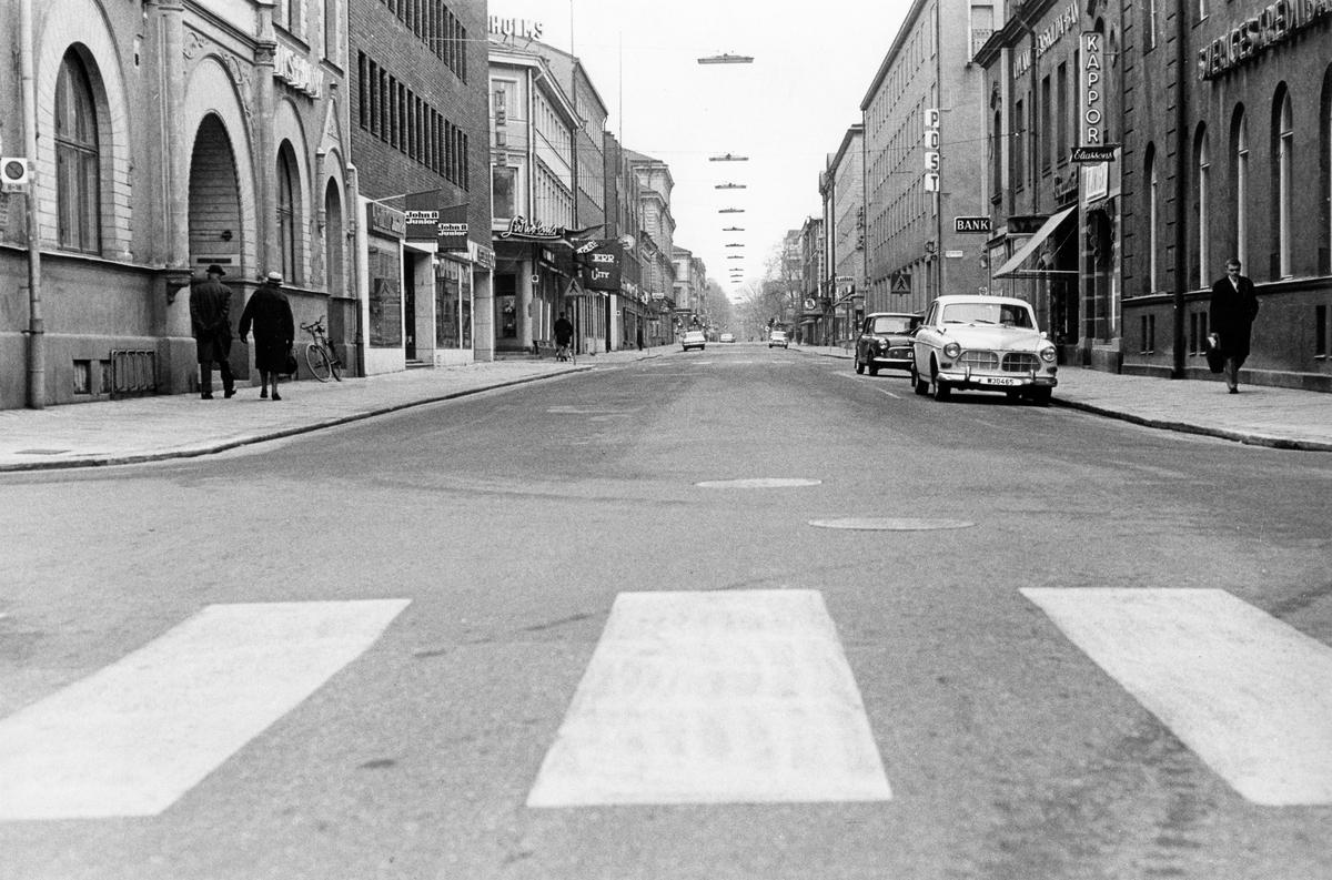 """Söndagsmorgon. Drottninggatan mot Stortorget, Gävle. Från utställningen """"Gävlar i stan"""" på Gävle Museum 1967."""