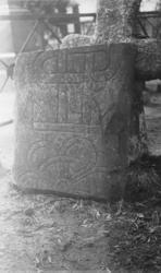 Foto på en gammal gravsten ( runsten) (?).
