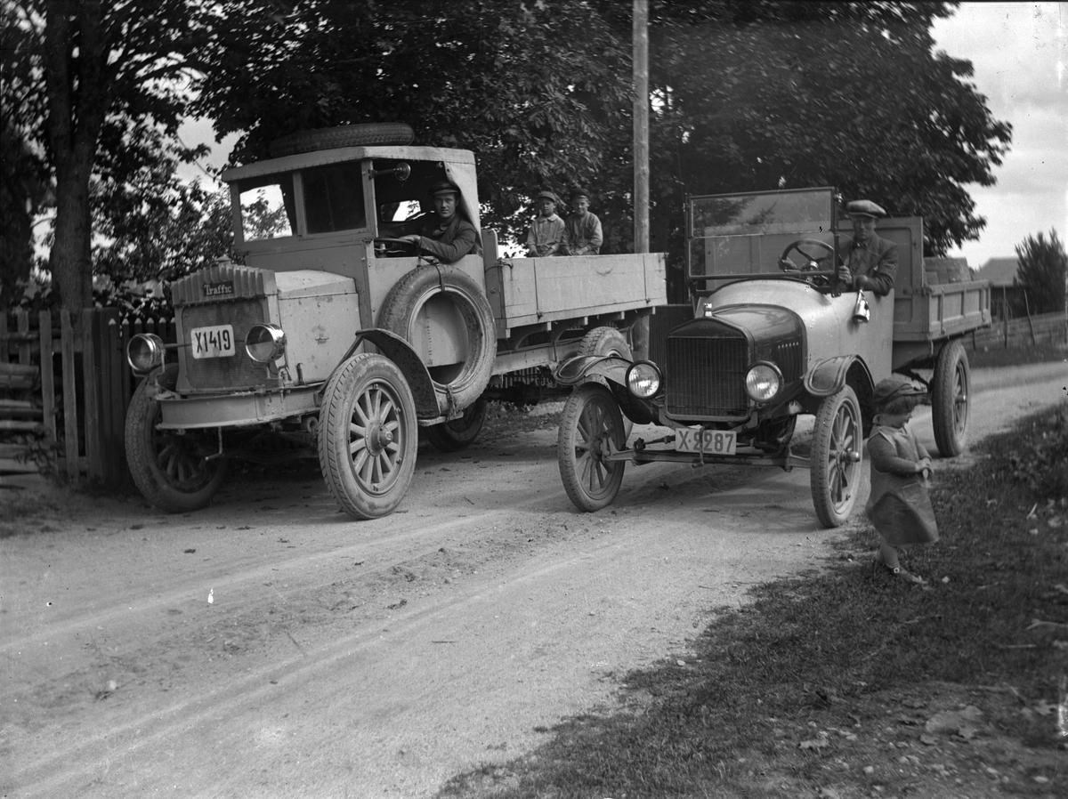 Två lastbilar. 1922 Traffic Amerikansk lastbil 30hk 2000kg reg.ägare 29/4 1922 Norrsundets Arbetares Konsumtionsförening Norrsundet. T-Ford lastbil 1923 reg.ägare 28/6 1923 hemmansägare P Anshelm Häcklinge Hamrånge.