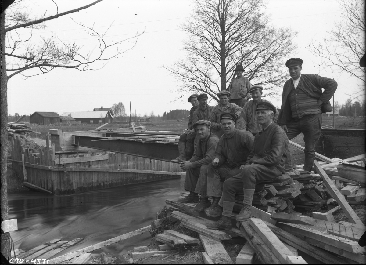 Arbetare vid brobygge.