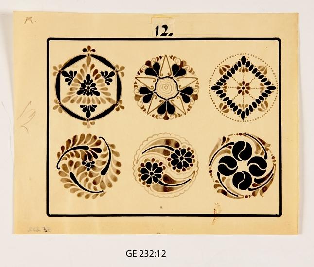 """Mönsterteckning i svart tusch.  Förvaras i pappersmapp med texten """"14 prov o 8 auto."""" samt """"Ser. 3. 24 st. pl. Att utföras i samma storlek som originalen. 9 st. med A betecknade i autotype med djupetsning i likhet med redan utförda no. 13 i denna serie, vilken inberäknad i ovannämnda 9 st. 15 st. med F. betecknade utföres i fototypi och djupetsning såsom i serierna 1 o 2. -Här till hör även teckningsplanschen no. 24, vars original utförts i större storlek för att medfotograferas till samma storlek som övriga."""" Ligger i marmorerad pärm i svartvitt med gråbrun rygg och svarta knytsnören. Märkt: """"Mönstersamling för övning i ornamentsteckning. Den 30.4., Gunnar Ell"""".  Inskrivet i huvudbok 2008. Funktion: Mönstersamling"""