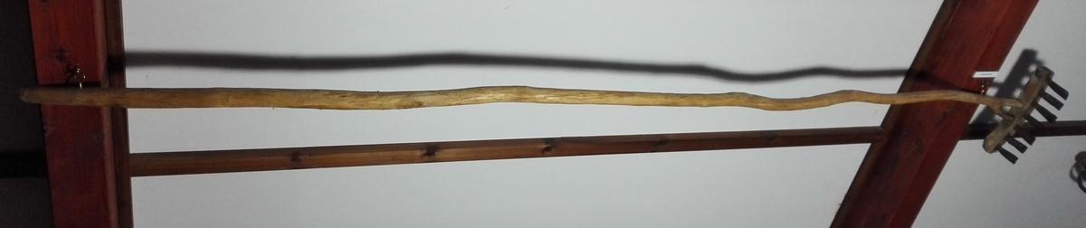 1 skjeljeskrape.  Et rivelignende redskap, der har været benyttet til skraping av blaaskjel (kraakeskjel) fra bolværk og andre i sjøen nedrammete pæler til bruk for agn. Nærværende og efterfølgende var gamle redskaper ældre end folk nu kunde erindre. Paa en 2,73 cm lang i nedre ende 2 grenet stang er fæstet et 31,5 cm bredt tykt rivehode med firkantet tversnitt. I dette er inddrevet 7 oventil smale nedentil brede og butte jerntinder, 9 cm lange. Gave fra Lars Klævold, Vadheim.