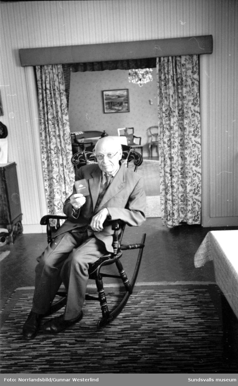 Sparbanksveckan var Sparbankens stora kampanj för att locka till ökat sparande hos såväl ung som gammal. På första bilden är det fyraåriga Eva Jonzon som i sällskap av mamma Margot lämnar över sin sparbössa till banktjänsteman Yngve Erlandsson på Sundsvalls Sparbank. Sparandet för hennes del handlar om att få ihop till en egen cykel. På bild två är det Gustav Dahlström som visar upp bankboken där han redan då seklet var ungt satte in sitt första sparbelopp, tre kronor av sin första månadslön.