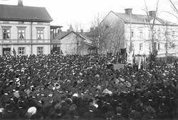 Bilden är tagen vid gamla torget i Bollnäs, tydligen 1 maj.