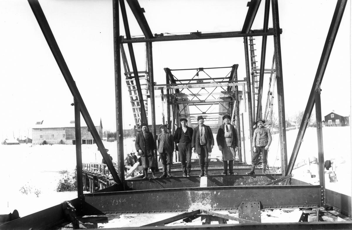 Brobygget. Mannen längst till höger är Per Larsson.