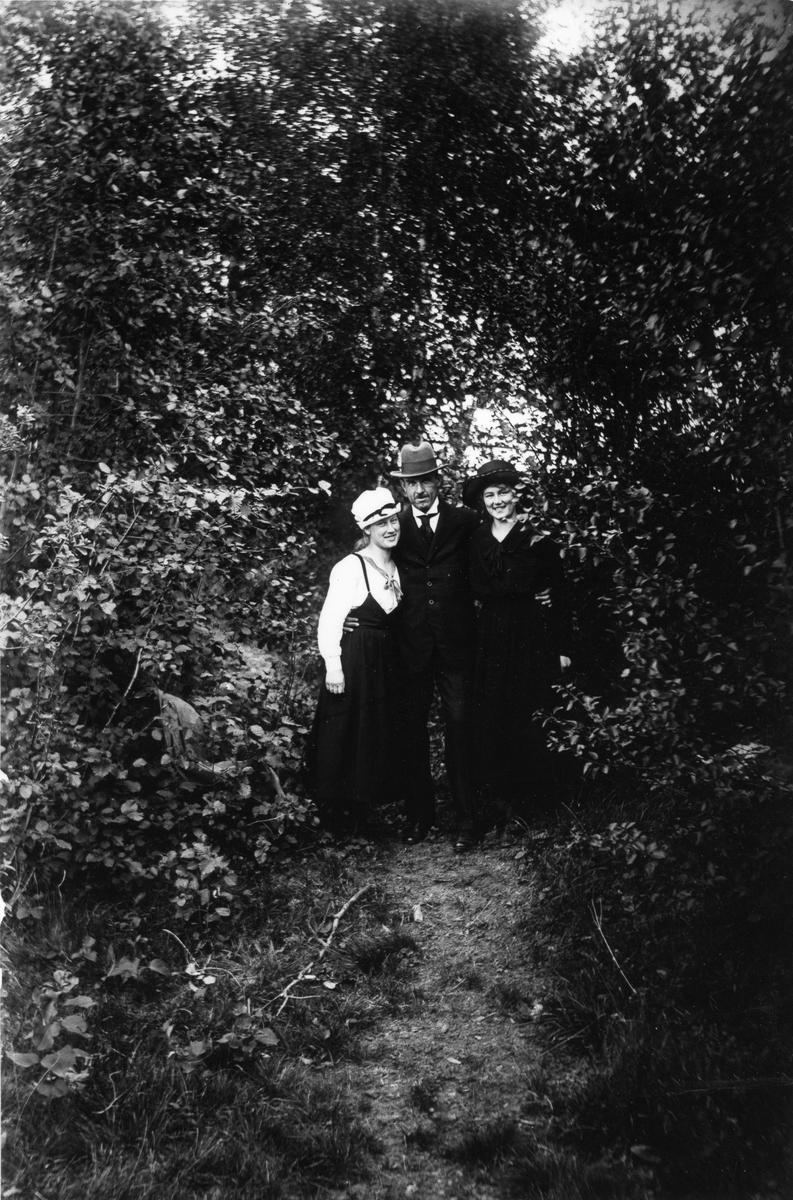 Från vänster: Smehammar-Anna (Larsson), Målar-Emil Nilsson och Elin Hällmér.