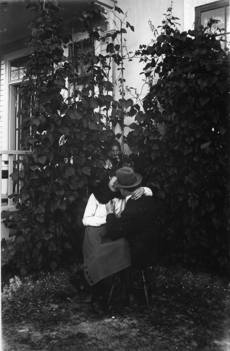Längst fram Målar-Emil (Nilsson) och Elin Hällmér, därbakom Anna och Herman Larsson.