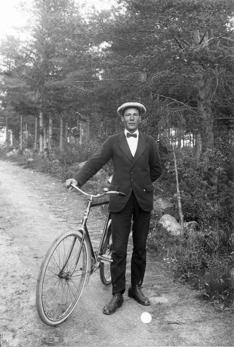 Manlig cyklist i Lenninge på 1910-talet.