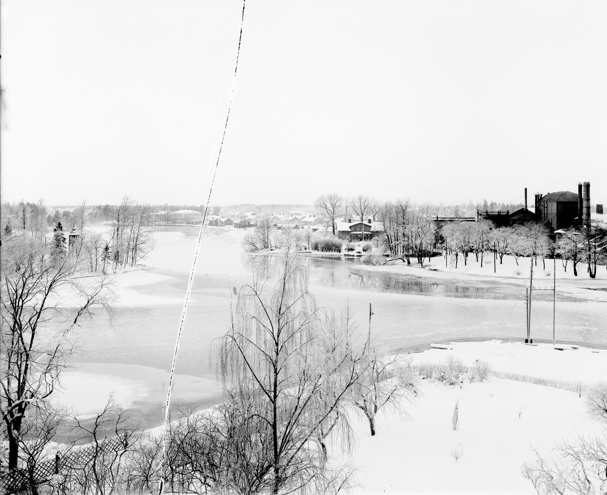 Forsbacka bruksort två mil väster om Gävle  Forsbacka Jernverks AB Sedan 1600-talet har järnhanteringen varit ortens huvudnäring, som expanderade på 1870-talet. 1860 anlades järnväg till Forsbacka från Margretehills station vid linjen Gävle - Falun.
