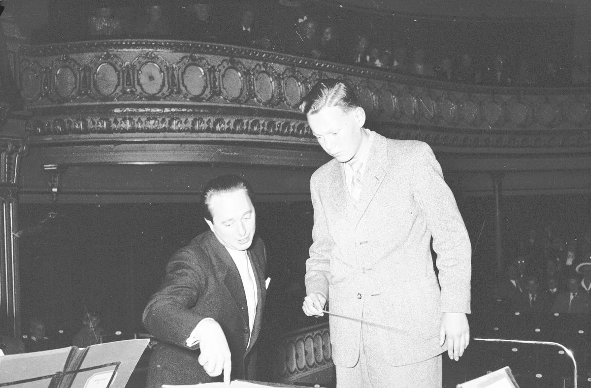 Dirigentelever på teatern. Två ungdomar debuterar.     23 september 1952.