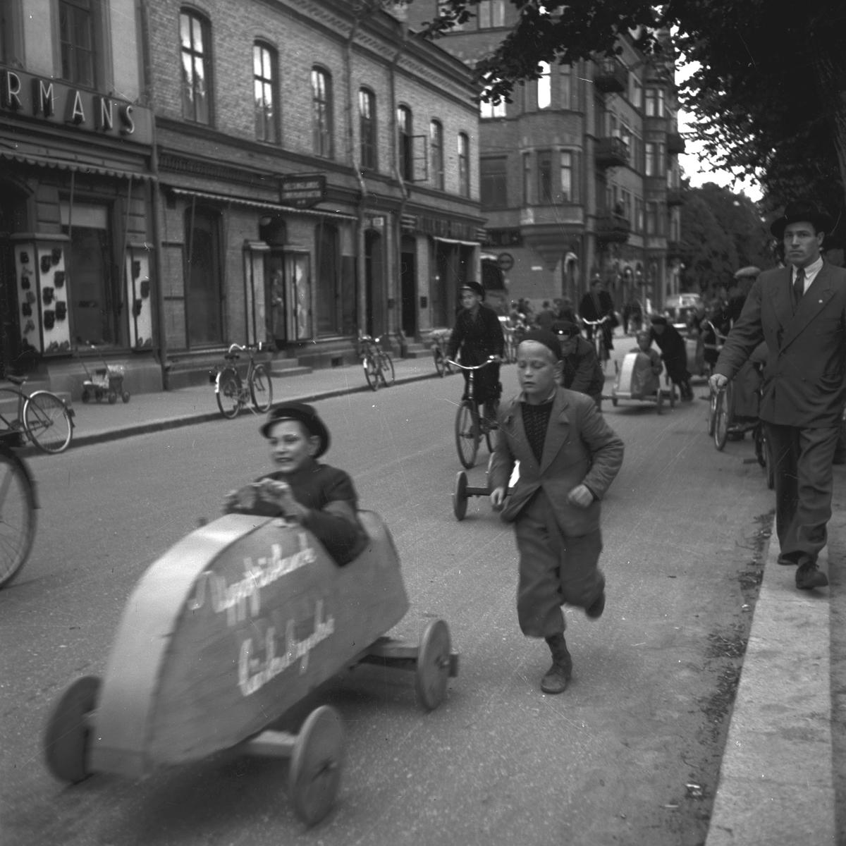 KFUM:s Pojkracertävling. September 1944. Vet ej vilket foto i serien som texten tillhör: Bo Strömberg, Sandviken: Mannen överst till höger är Bert Strömberg f 1917 död 1983. Denna lådbil fanns till mitten av 50-talet på 4:e Tvärgatan och användes av oss barn som leksak