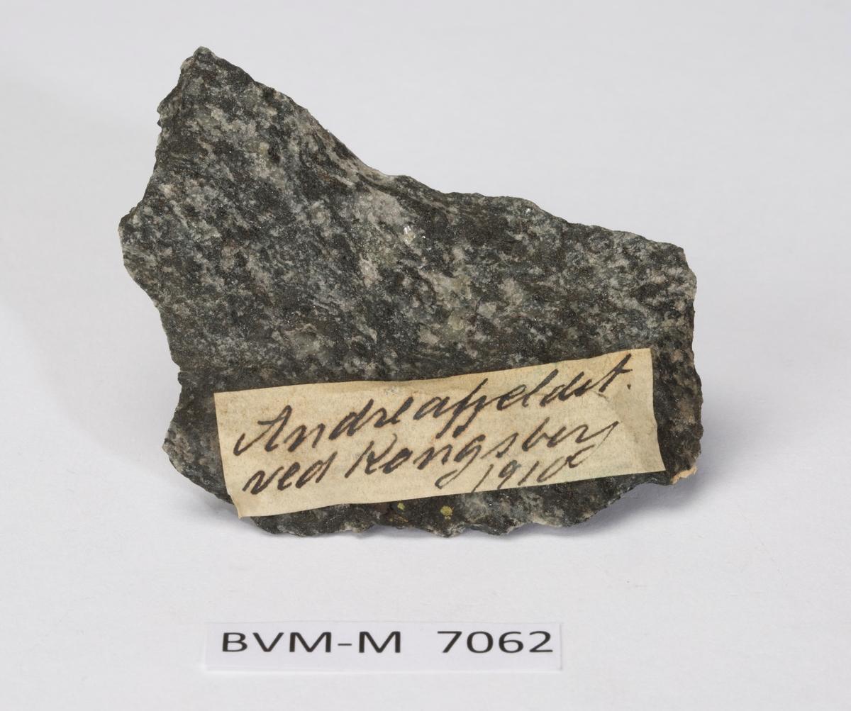 Etikett på prøve: Andreafjeldet ved Kongsberg 1910  Uten navn, men sannsynlig Reusch