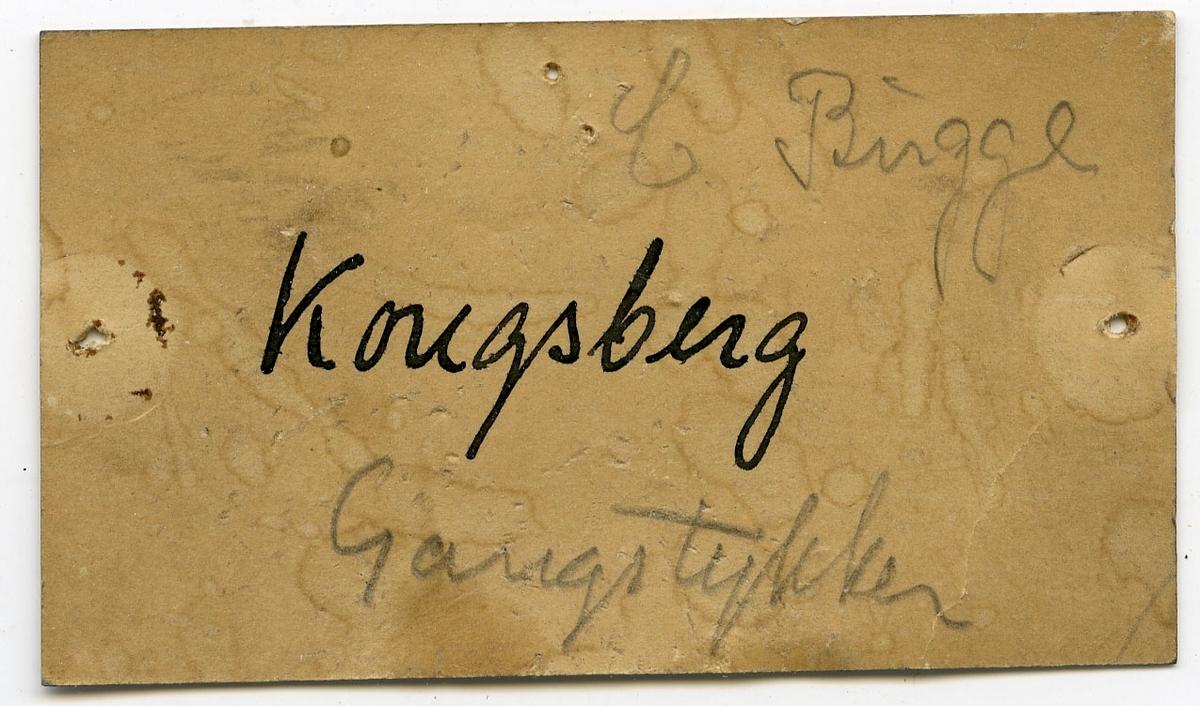 Etikett på prøve: Gottes Hülfe gr. berghald Kgb. 15  Etikett i eske: Kongsberg Gangstykke C. Bugge