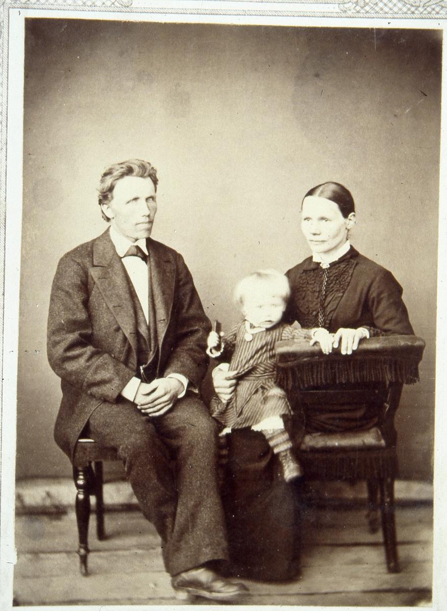 Kristoffer og Marit Olsen med datteren Theodora.