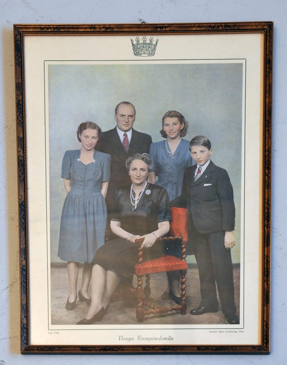 Bilete i glas/råme av Kronprins familien.  Olav - Marta med barn.