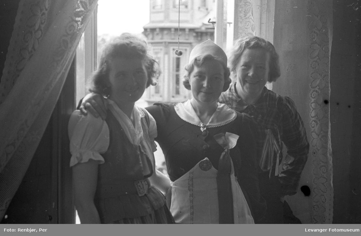 Lærerskolens' opptog fredsvåren, tre kvinner.