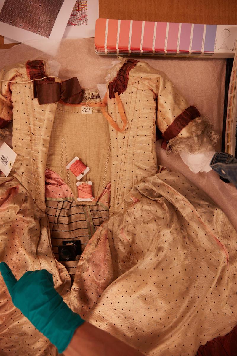 Fargeprøver for rekonstruksjon av pikekjole på Norsk Folkemuseum