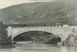tog fra Bergen til Oslo passerer Svenkerud bru.