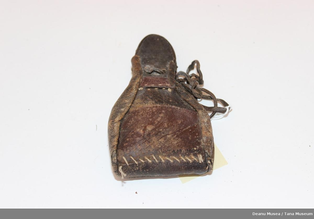 Liten skinnveske for og henge på beltet. 1 stor lomme og 2 små lommer. Grov søm som tyder på hjemmlaget.