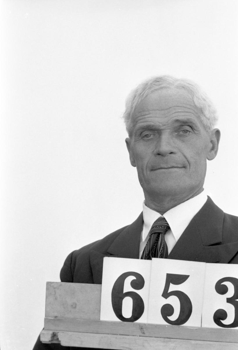 """Wiktor Malmqvist, Skogsförman. Vällnora bevakning. Gimo Skogsförvaltning. Skogarna. """"Profiler i Korsnäs"""". Ett porträttgalleri över anställda i Korsnäs Aktiebolag med dotterbolag. Sammanställt i anledning av bolagets 100-årsjubileum 1955."""