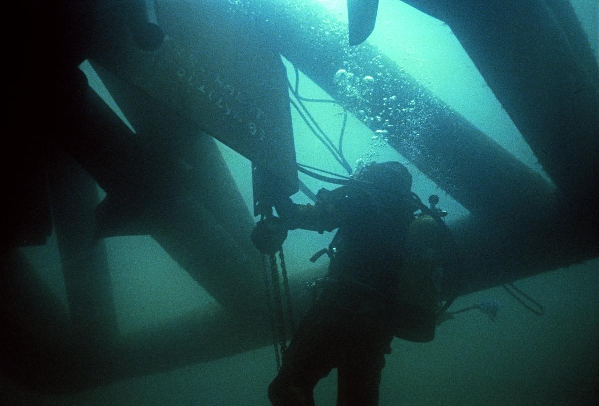 H.M.V. Undervannsfoto fra diverse arbeid. Dykker i aksjon.
