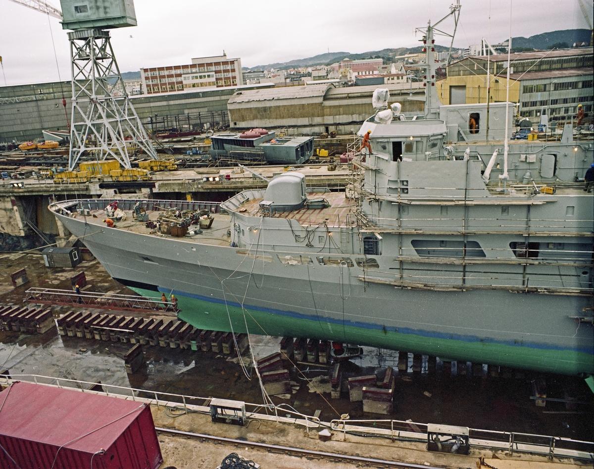 """H.M.V. Kystvaktskipet """"Andenes"""" i tørrdokk."""