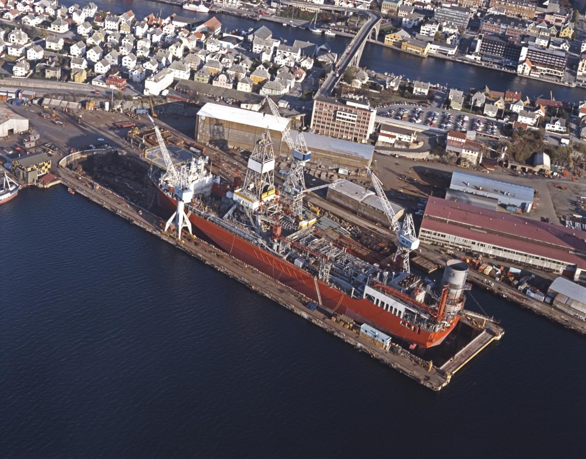 "Flyfoto. H.M.V. Oversiktfoto med bla borreskipet ""Petro Jarl"" og platformen ""Ocean Bounty""."