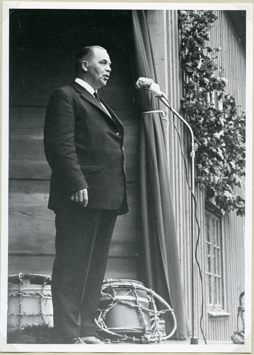 Formannen i hovudnemnda, fylkeslandbrukssjef Halvor Nordbø, avsluttar Jubileumsutstillinga i Seljord 1966.