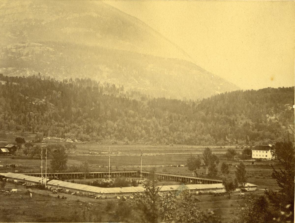 Dyrskuplassen med det originale fjoset få år etter at det vart sett opp i 1867.