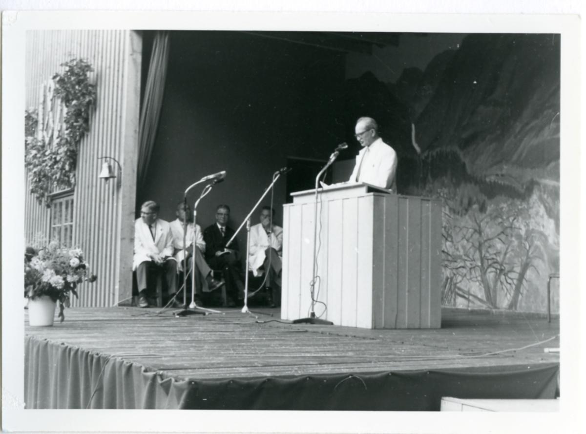 Fylkesagronom Bogar frå Buskerud orienterer om døminga på Dyrsku'n 1966.