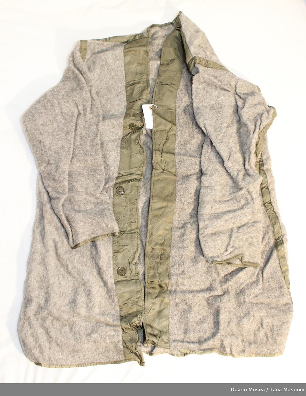 Vadmelsjakke med luftehull under armhulen og tre knapper foran.
