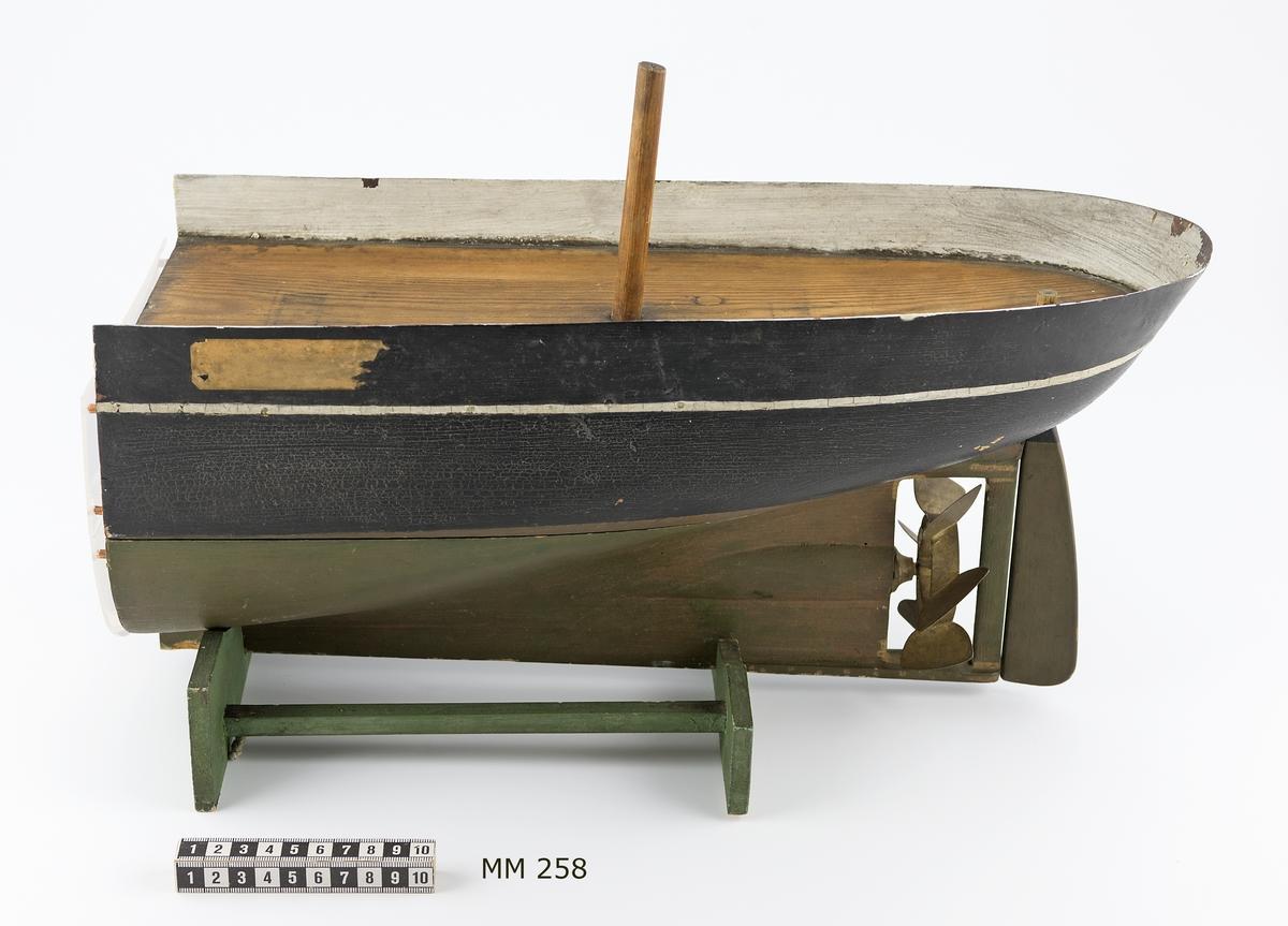 Fartygsmodell, akterskeppet av amerikanska ångfartyget Princeton. Modell av trä och plåt. Svartmålad, med vit rand utombords. Undervattenskroppen vitmålad. Är försedd med en 6-bladig propeller. Tillkom år 1845.