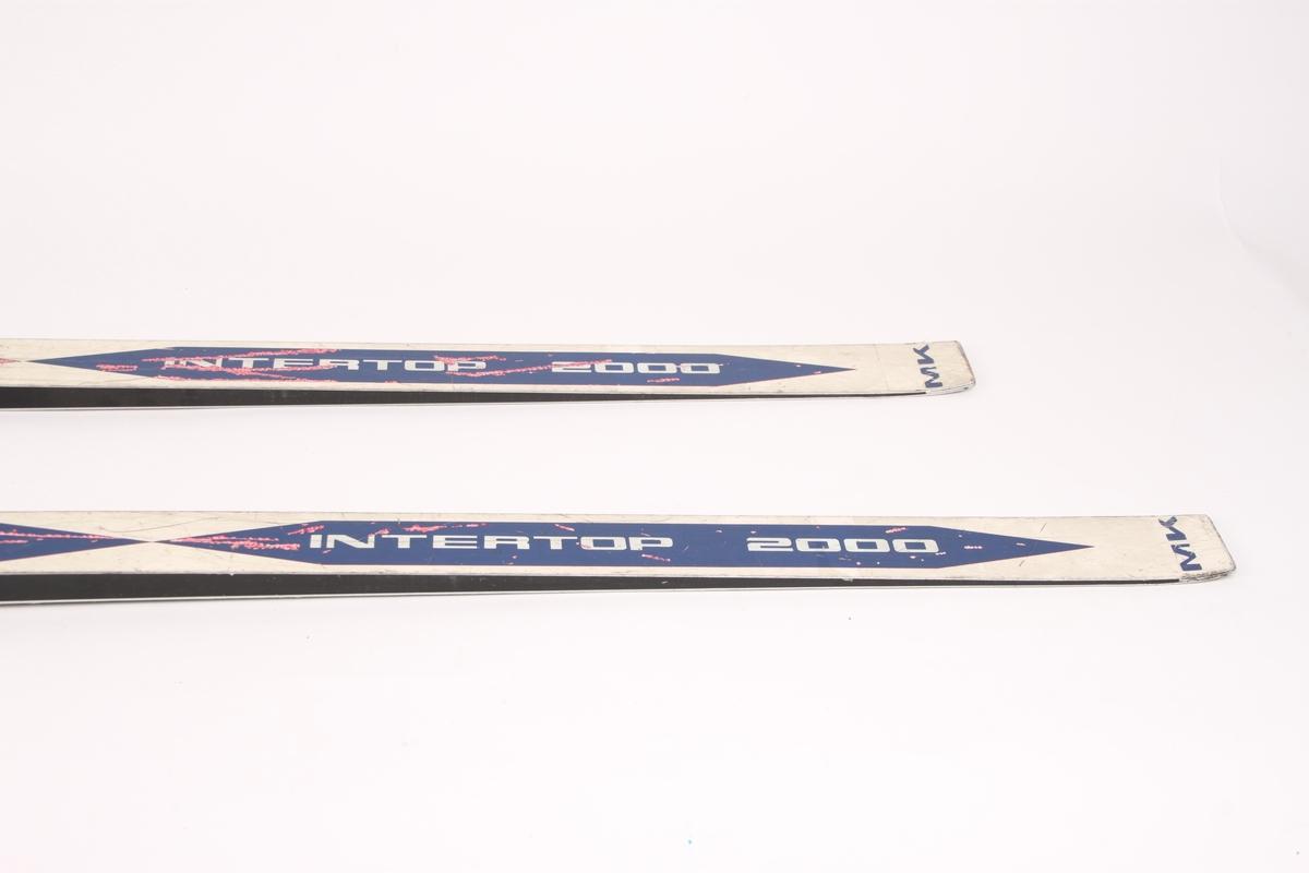 Et par ski med stålkanter og Rottefella NNN-binding.
