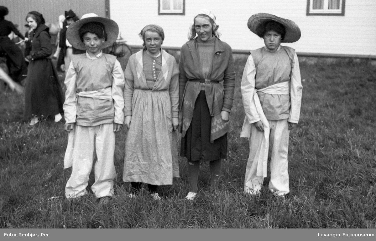 Sanitetens' Opptog, Levanger, barn utkledde som sigøynere.