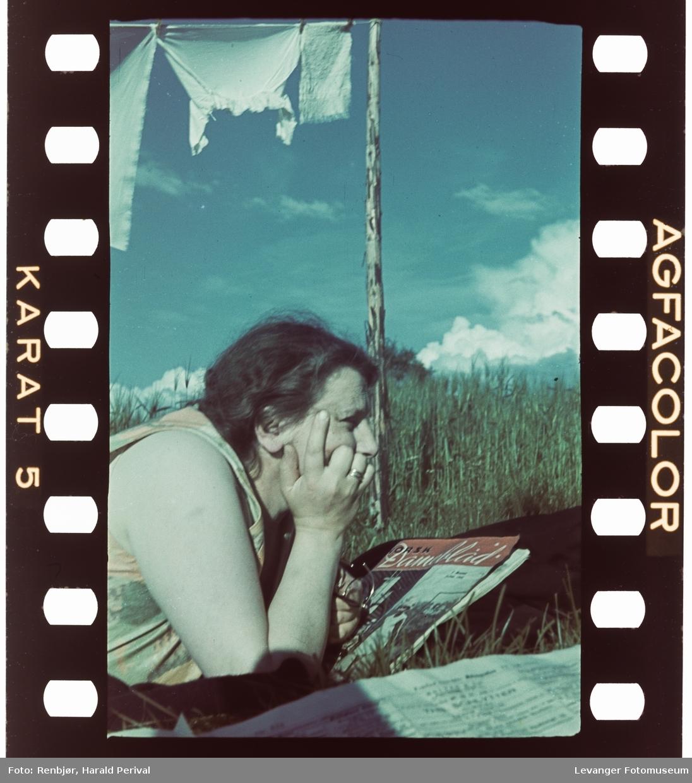 Magnhild Renbjør leser Norsk Dameblad under klesvasken.