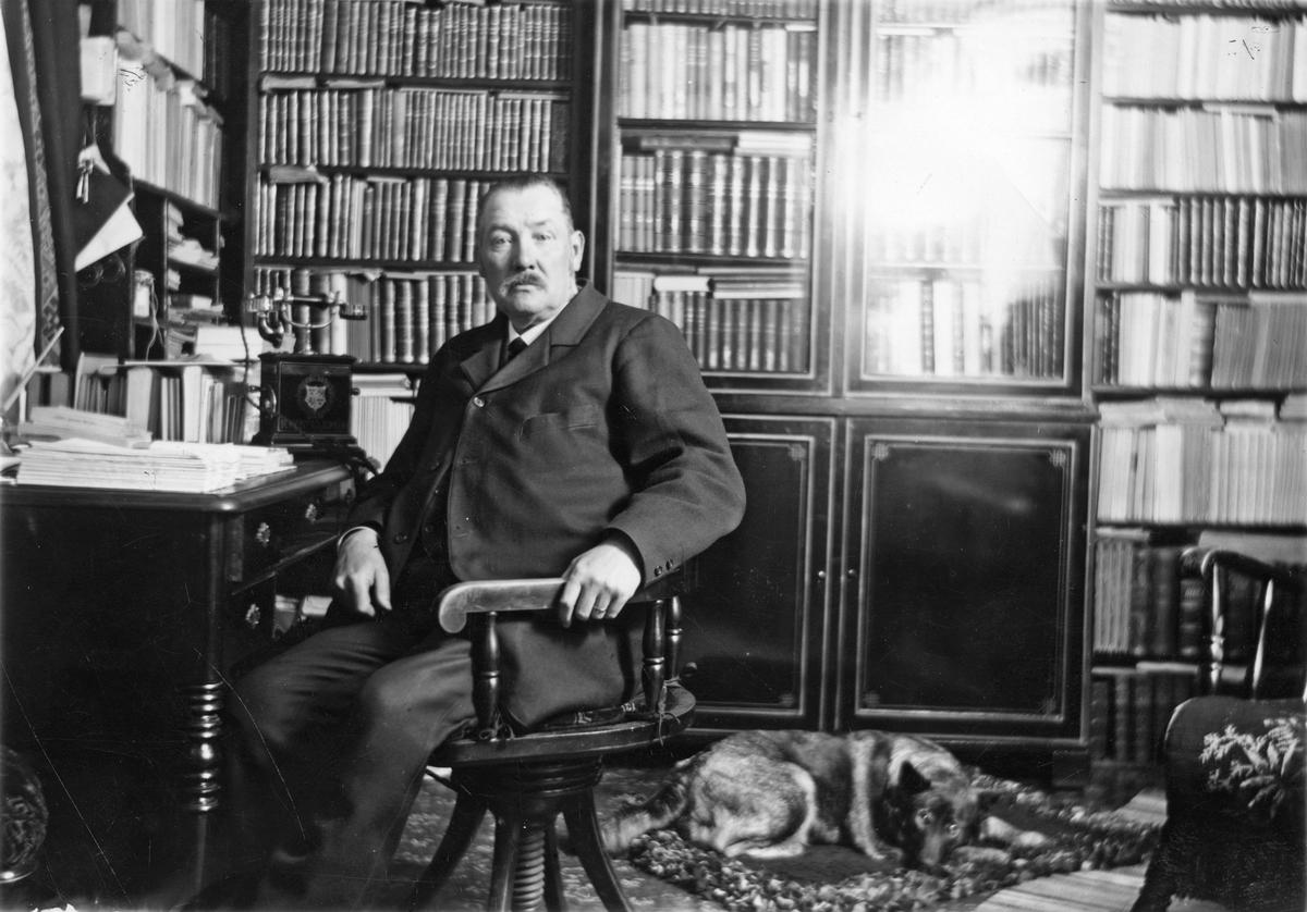 Folkskollärare Östman i sitt kontor