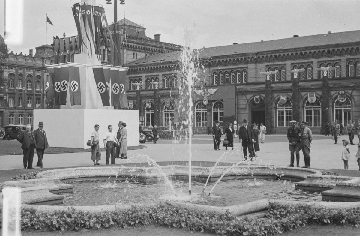 Markering av Nazi Gautag 9.-12. juni 1938. Ved Ernst Augusts Platz ved Hauptbahnhof i Hannover i Tyskland.