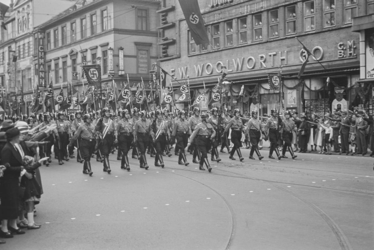 Markering av Nazi Gautag 9.-12. juni 1938 i Hannover i Tyskland. Grupper av NSDAP på marsj.