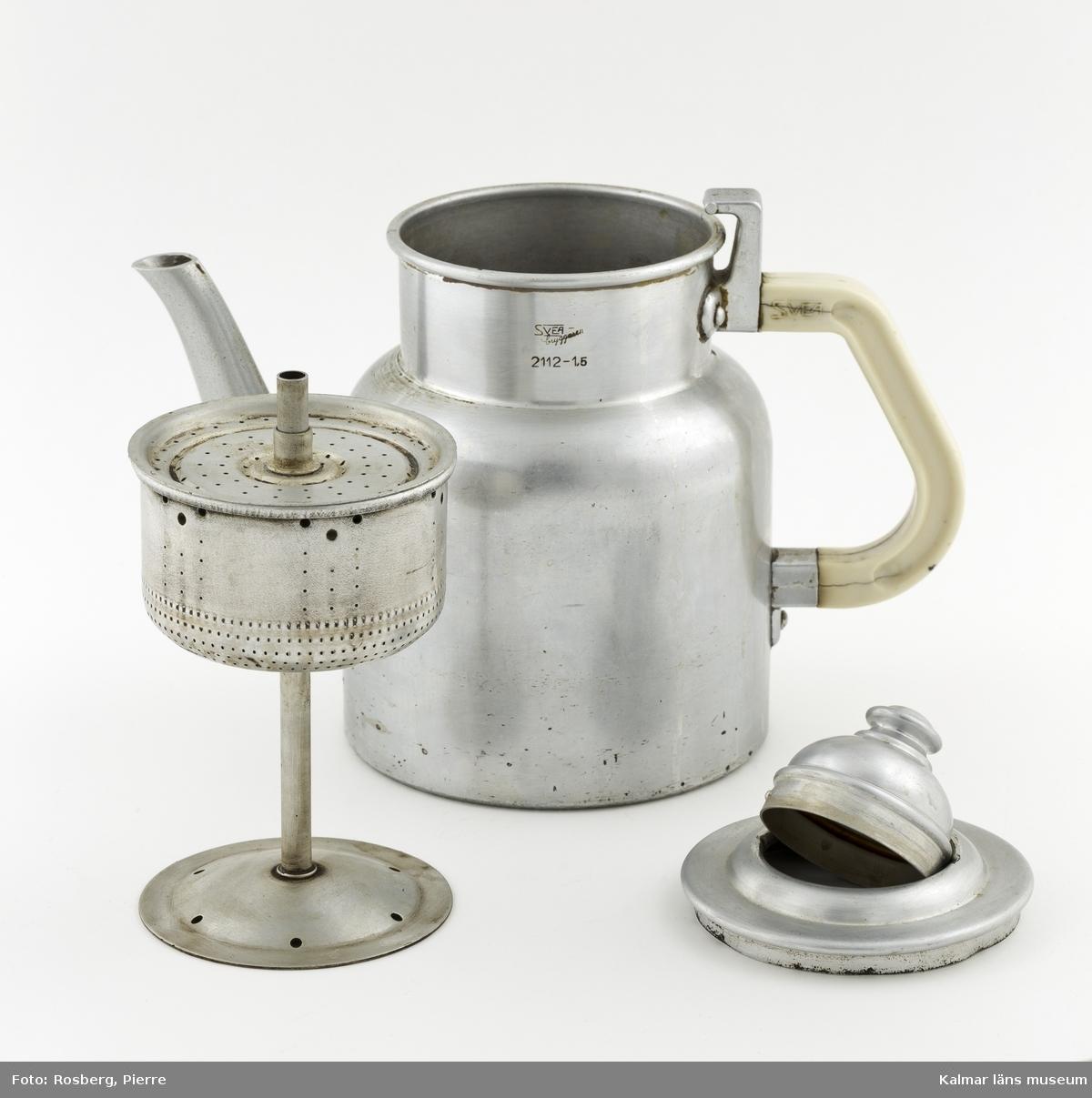 KLM 41976:2 Kaffekokare, 1 st, aluminium. Handtag av bakelit, vitt, helt av metall. Cylindrisk kanna med skuldra, pip, lodrätt handtag, lock med knopp. Varumärket finns stämplat på kannans hals: Svea-bryggaren, 2112-1,5. I kannan finns en lös insats, filterkonstruktion i flera delar. Tillverkad av Nickelfabriks AB Gottfrid Carlsson Eskilstuna. Jämför KLM 41976:1. Typen av kanna visades på Stockholmsutställningen 1930.