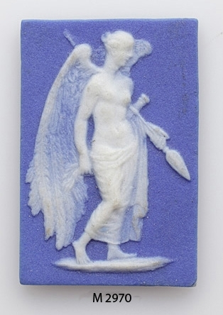 En st. miniatyr i s.k. jasper, motiv i vitt på blå botten.  Allegoriskt motiv. Bevingad kvinna hållande i spjut. Profilbild. Rektangulär.  Inskrivet i huvudkatalog 1907.