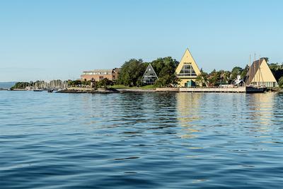 Bygdøynes sett fra sjøsiden med de tre trekantede bygningene Båthallen, Frammuseet og Gjøabygget.