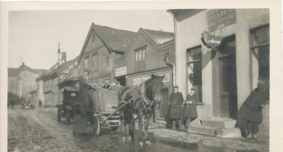 Hest med vogn i byen.