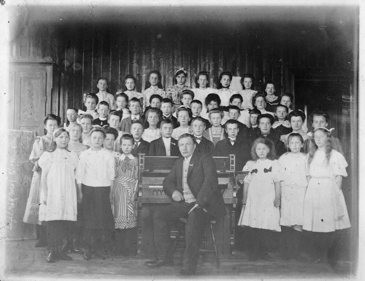 """Middelskolens sangkor i Vardø, 1908. """"Middelskolens sangkor og dirigenten: lærer Jevrungen"""""""