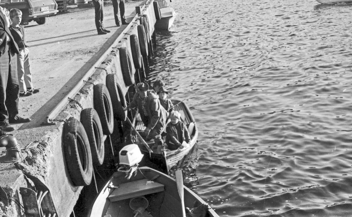 Fiskekonkurranse. Veiing og kontroll. Publikum følger spent med.