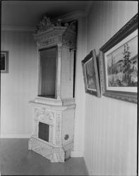 Kakelugn i mellersta rummet i S, övre våningen.