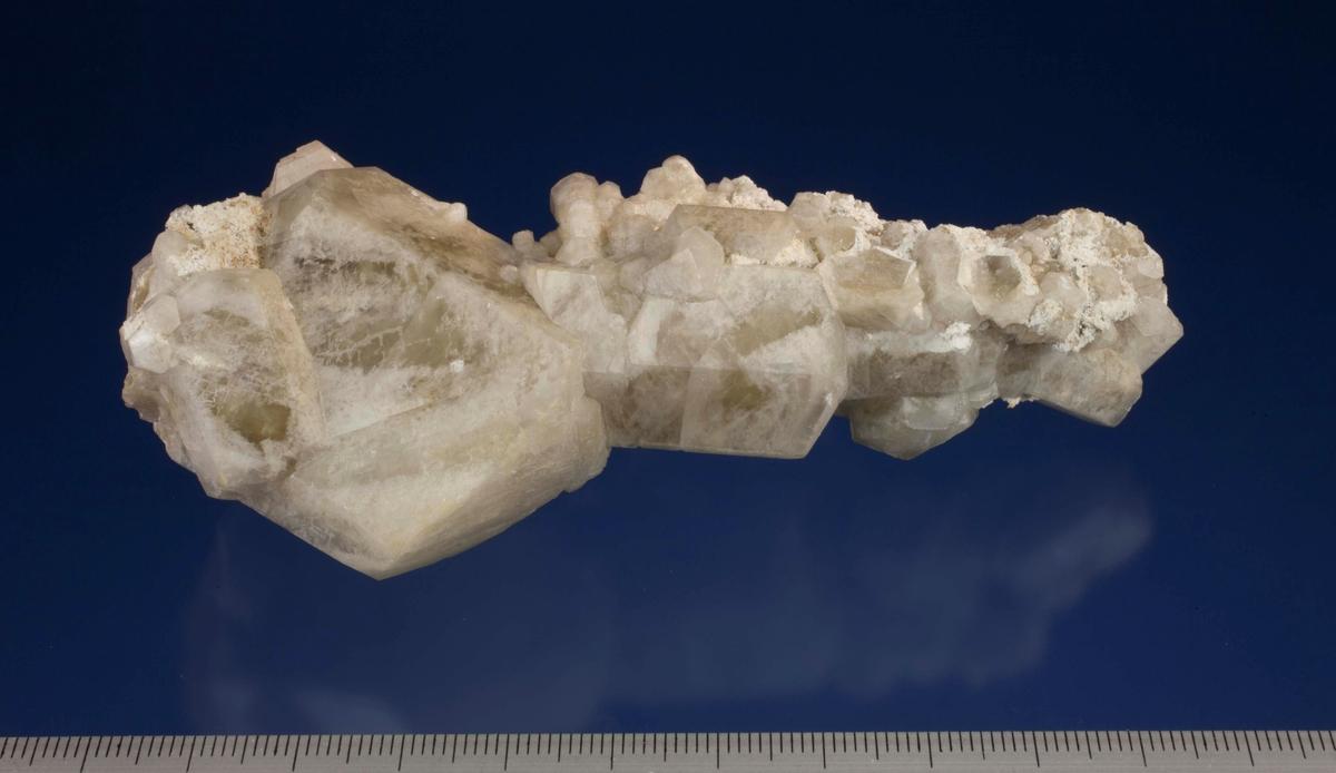 Kalsitt, tårn av krystaller (prismer). D-stoll.